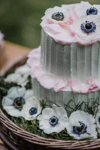 Wedding Cake En Fleurs Blanches Pour Mariage Bohème Et Chic.