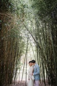 Mariés Dans Une Forêt De Bambou Dans Le Sud Ouest De La France.