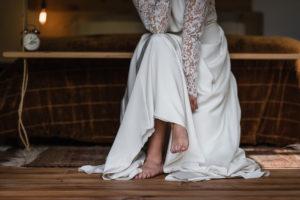 Mariée Avec Ses Pieds Nues Lors D'un Mariage Bohème En Aquitaine.