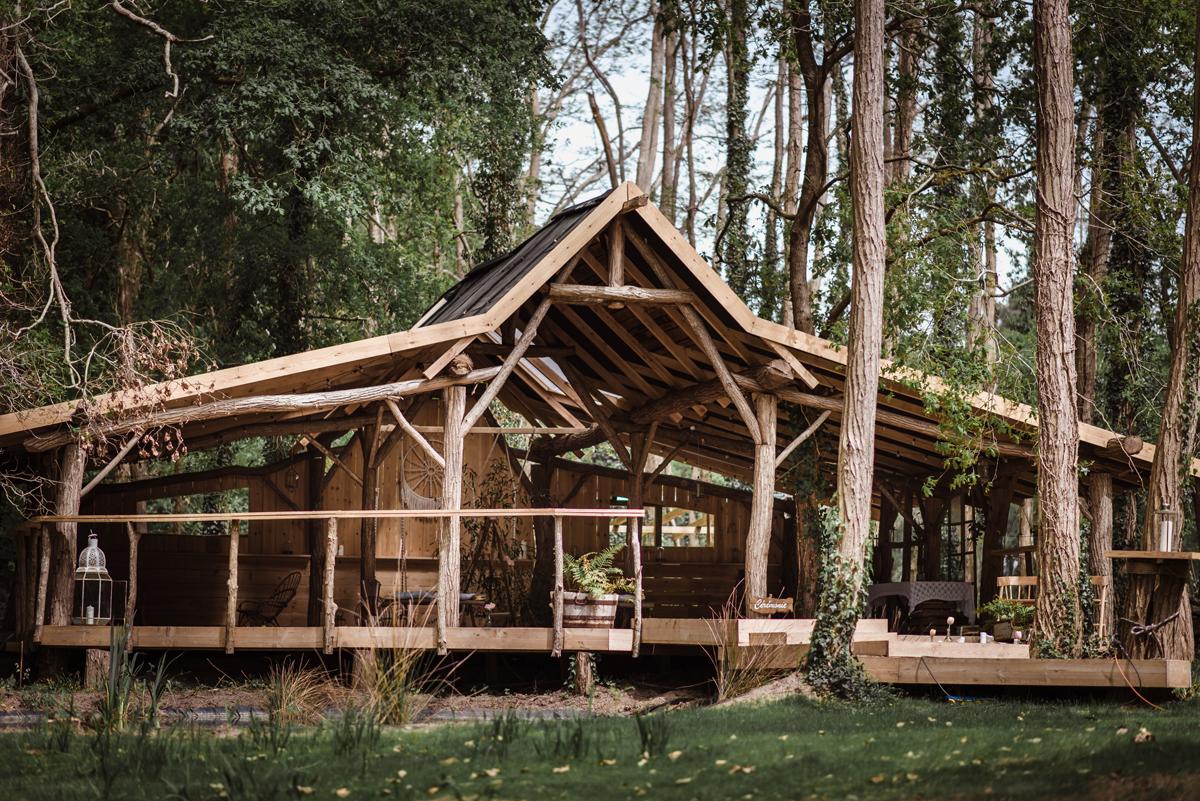 Décoration de mariage au thème boho chic dans une grange en forêt des landes en Aquitaine.