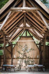 Décoration De Mariage Boho Chic Avec Arche En Bois Et En Triangle Avec Du Feuillage D'eucalyptus.