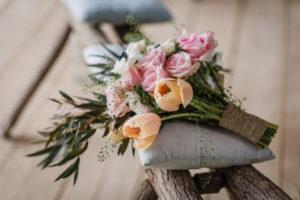 Bouquet De Mariée En Roses Et Tulipes Sur Le Thème Boho Chic Et Naturel.