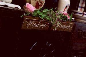 Panneau Madame De Décoration De Chaise De Mariage En Bois Au Style Rustique Et Chic.