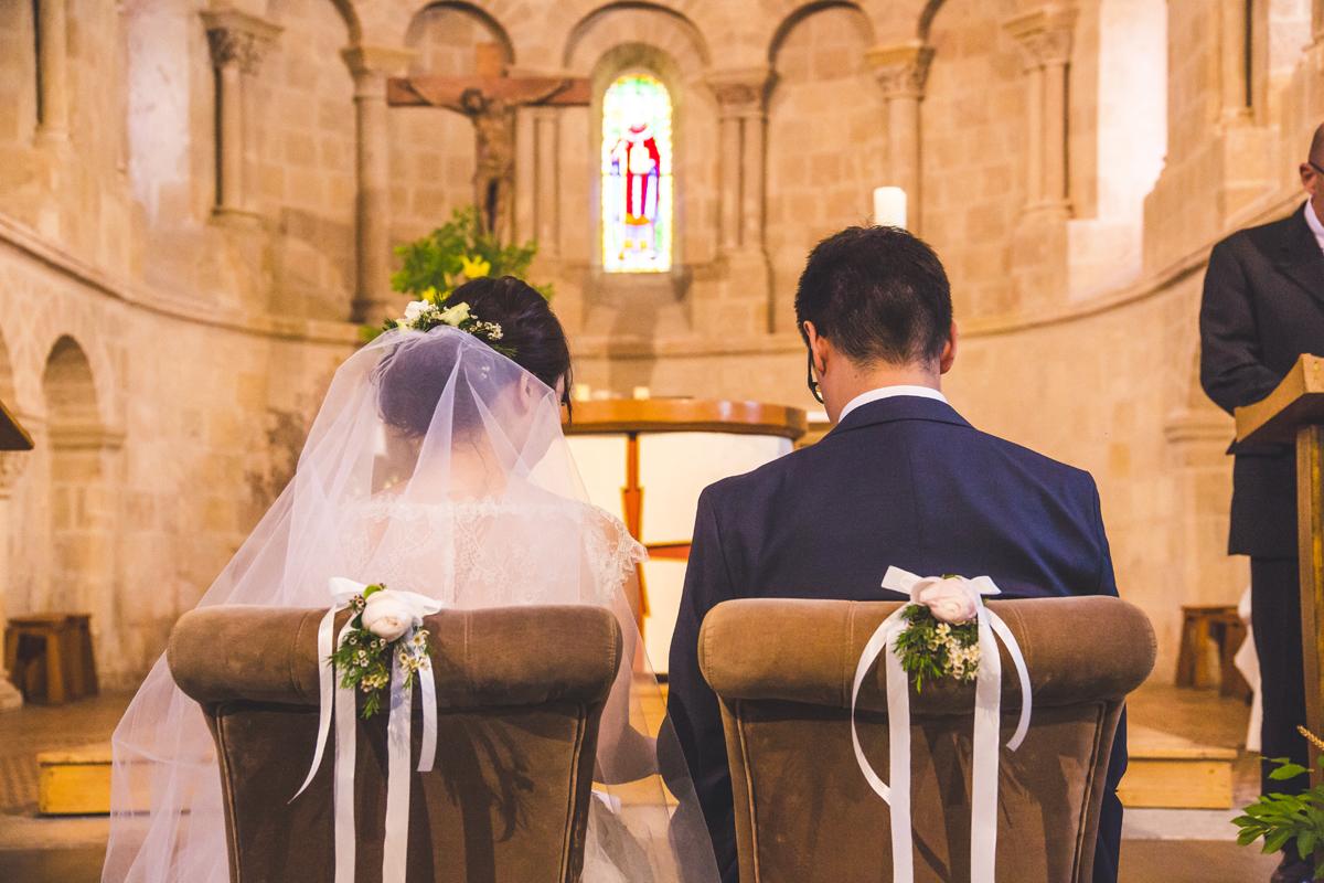 Cérémonie religieuse de mariage franco japonais et décoration de chaise des mariés.
