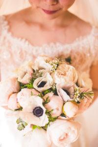 Bouquet De Mariée En Fleurs Blanches Au Thème Zen Et Bohème Lors De Mariage Décoré Par Elisabeth Delsol.