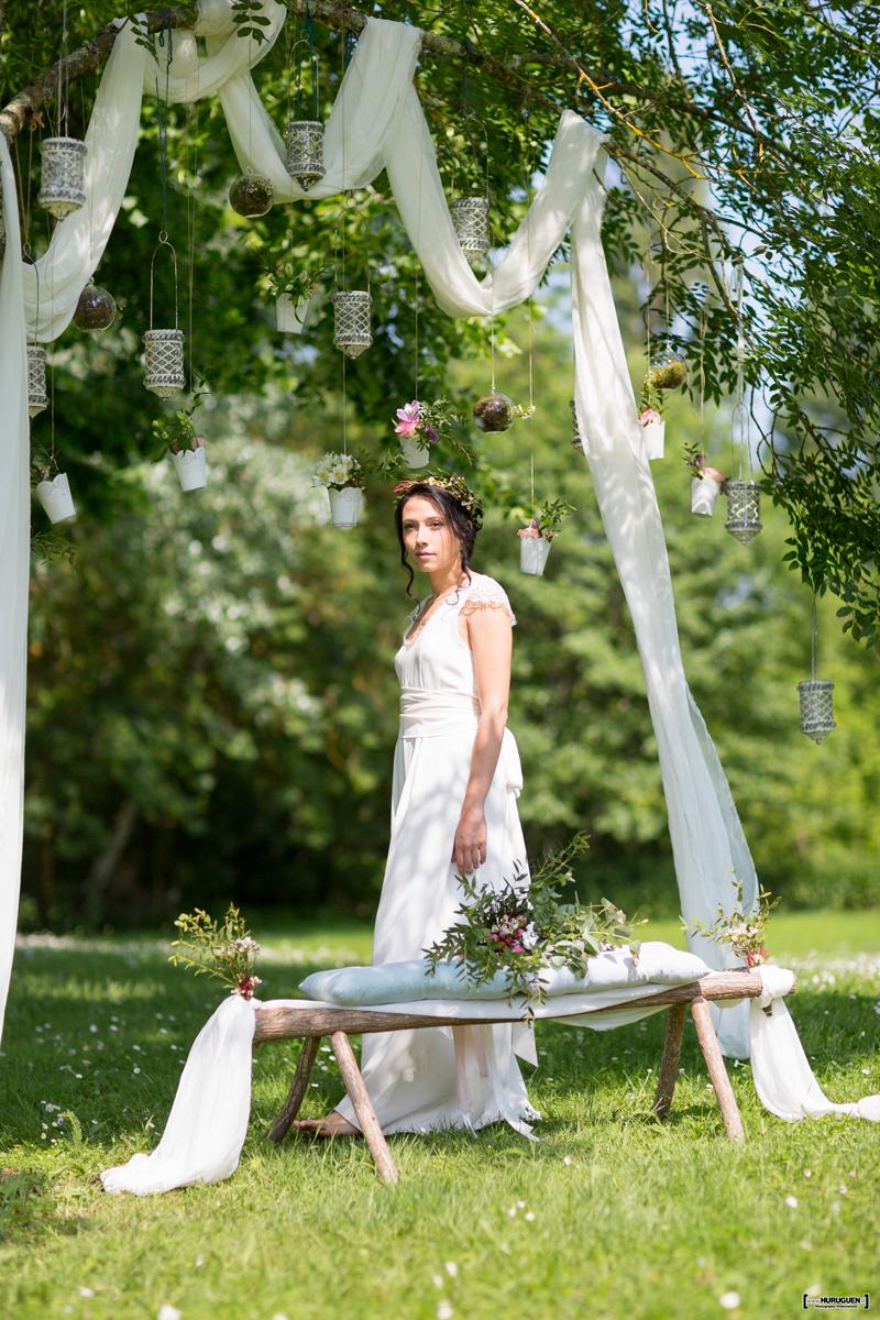 Décoration d'arbre pour cérémonie de mariage dans un jardin romantique par Elisabeth Delsol.