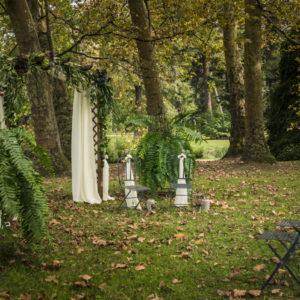 Arche De Cérémonie Romantique Dans La Nature Et La Forêt Du Sud Ouest.