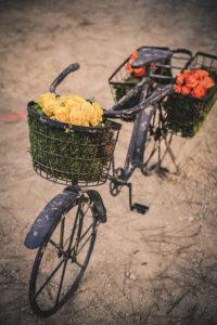 Décoration Avec Un Vélo Vintage Et Des Fleurs De Mariage Sur La Plage Par La Décoratrice Chic : Elisabeth Delsol.