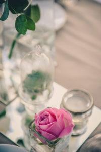 Décoration De Table De Mariage Lors De Réception Au Cap Ferret En Centre De Table Romantique.
