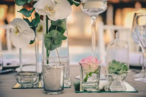 Centre De Table Et Bouquet De Mariage Lors De Réception Au Cap Ferret Au Thème Simple Et Chic.