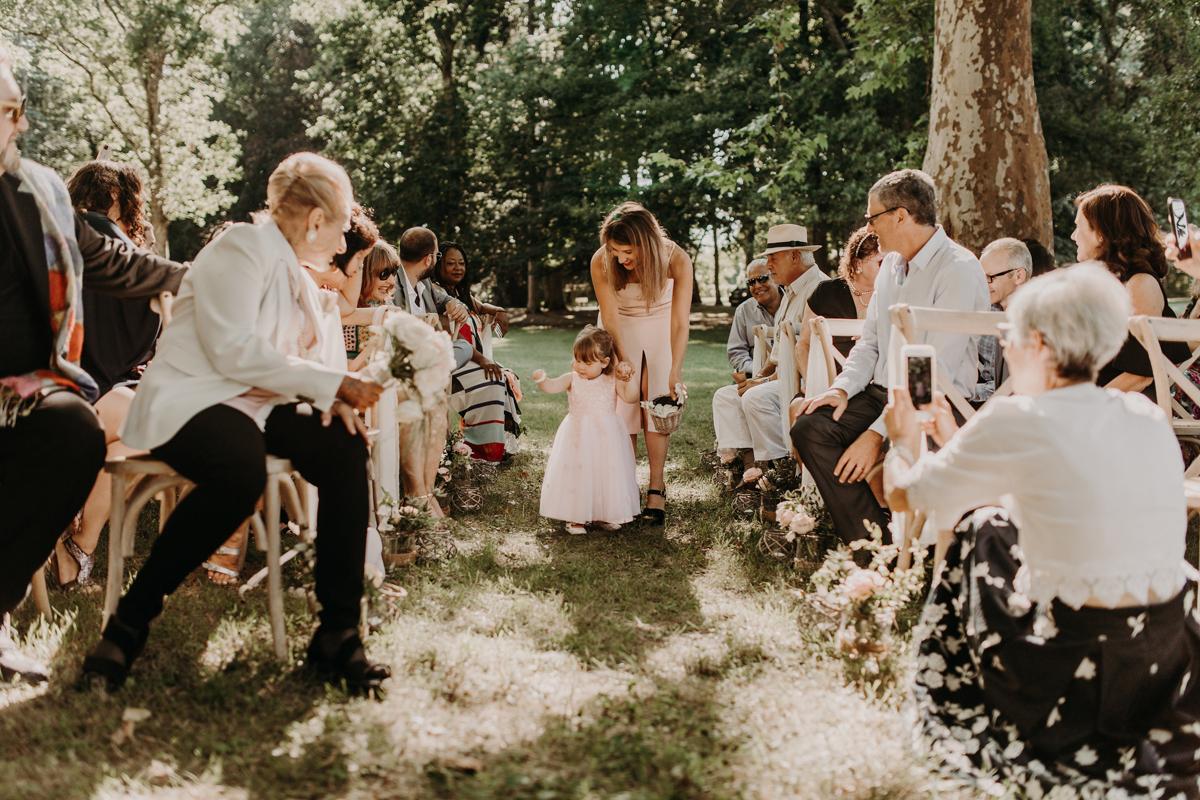 L'allée de la cérémonie laïque de mariage bucolique organisé en pleine nature dans un lieu de réception de Gironde.