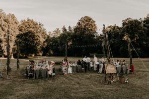 Réception Bucolique Avec Des Tables Et Dîner Dans Un Jardin En Pleine Nature à La Déco Bucolique Et Champêtre.