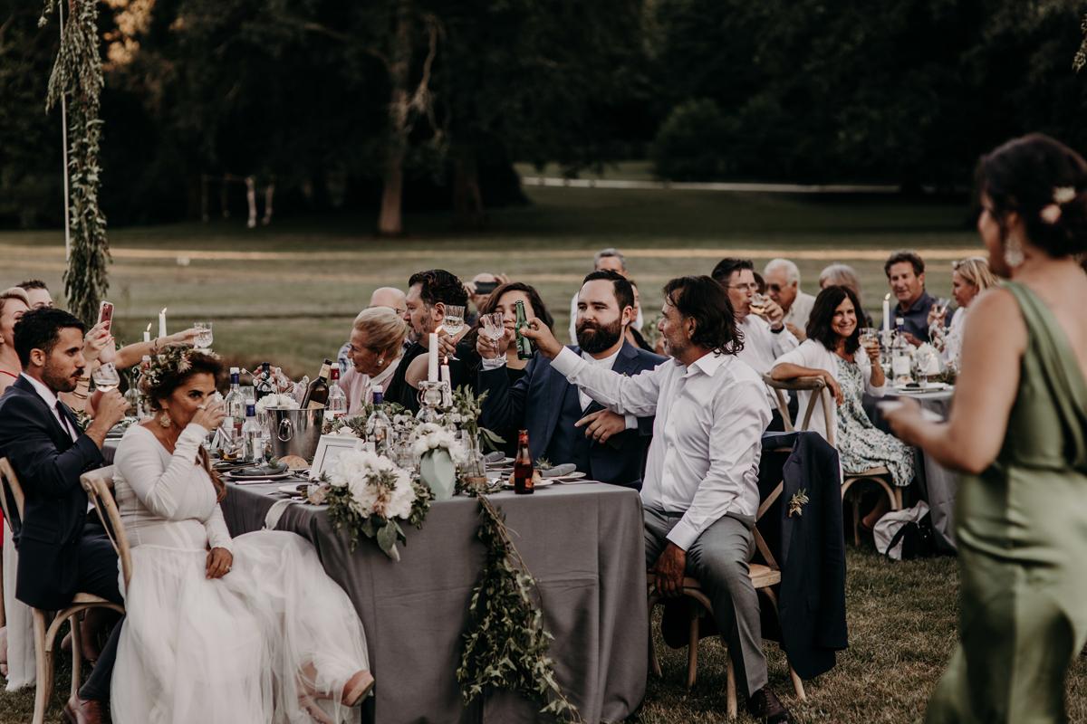 Réception champêtre en extérieur lors de ce mariage bucolique chic dans le Sud Ouest.