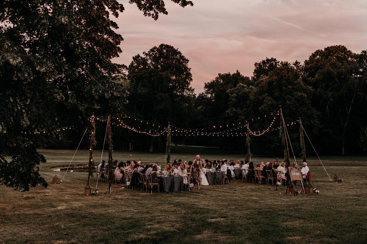 Décoration de réception champêtre en extérieur lors de ce mariage bucolique chic dans le Sud Ouest.