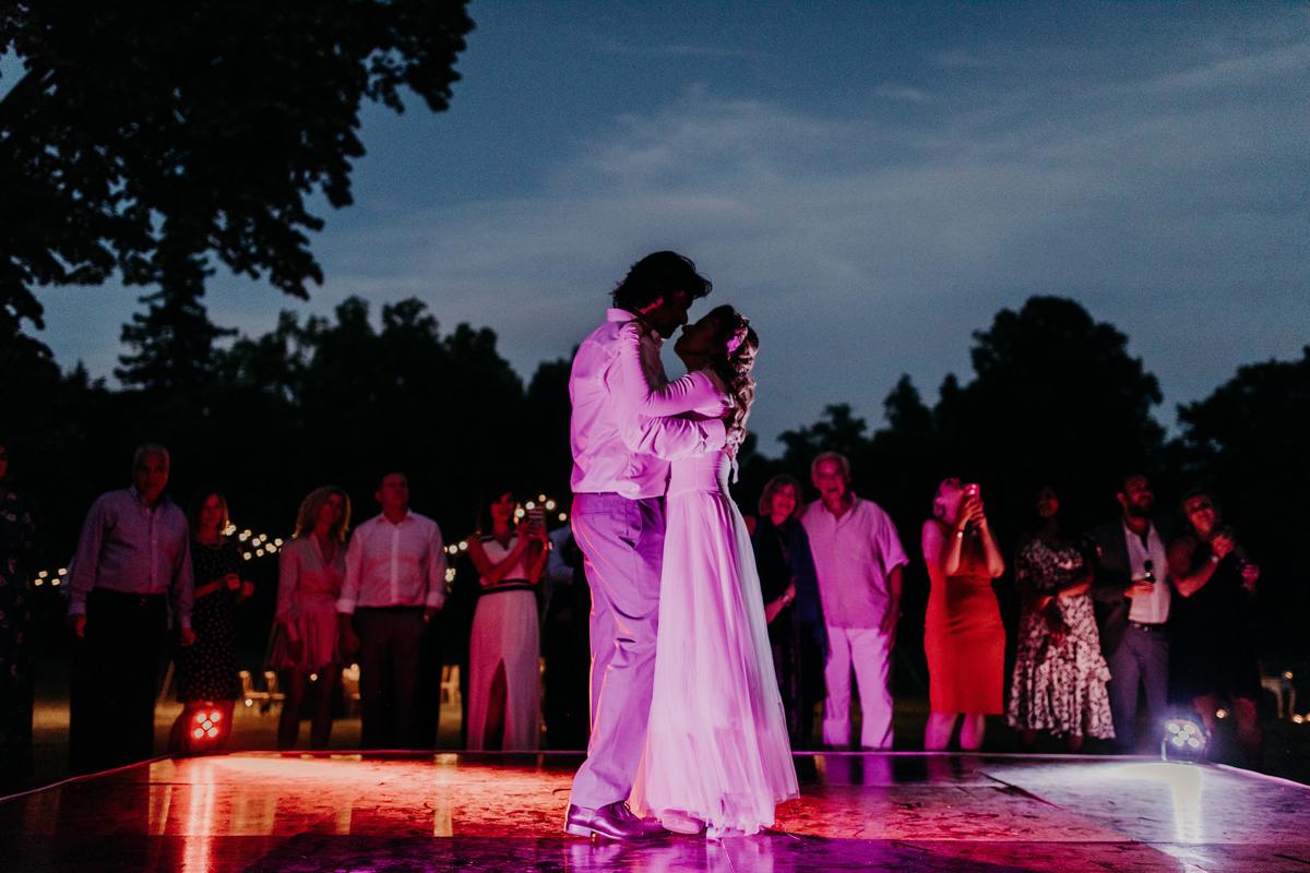 Animation et danse des mariés lors de ce mariage bucolique en pleine nature.