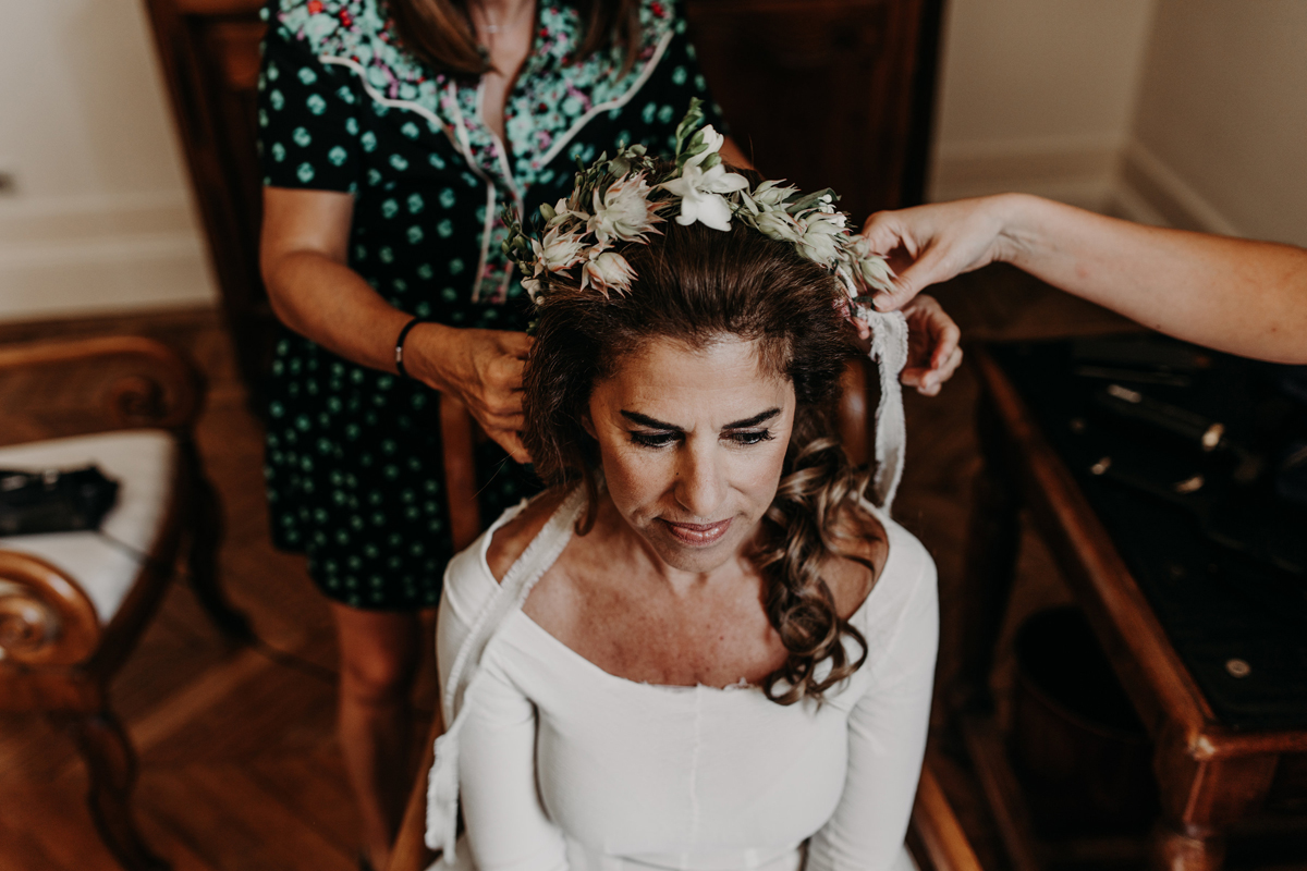 Couronne de fleurs de mariage bucolique chic par Elisabeth Delsol.