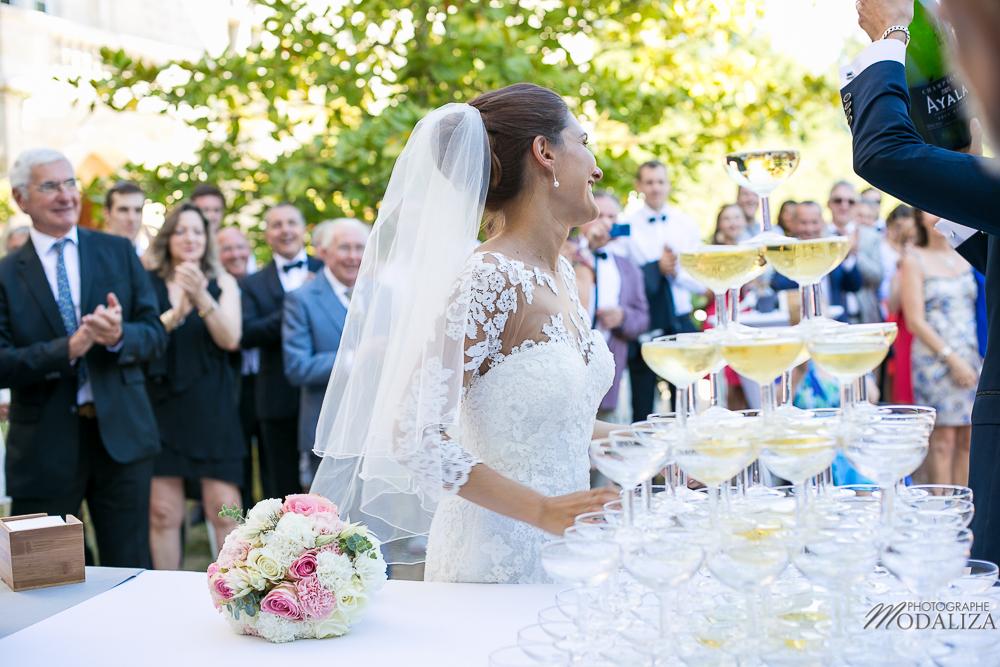 Table et cocktail de mariage champêtre avec bouquet de fleurs simples en été.