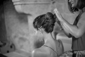 Coiffure De Mariée De Mariage Champêtre Bohème Dans La Chambre Du Lieu De Réception Atypique à Bordeaux.