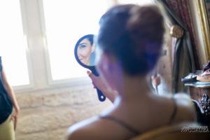 Maquillage De Mariée De Mariage Champêtre Bohème Dans La Chambre Du Lieu De Réception Atypique à Bordeaux.