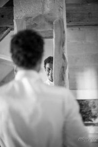 Préparatif Homme De Mariage Champêtre Dans La Chambre Du Lieu De Réception Atypique à Bordeaux.