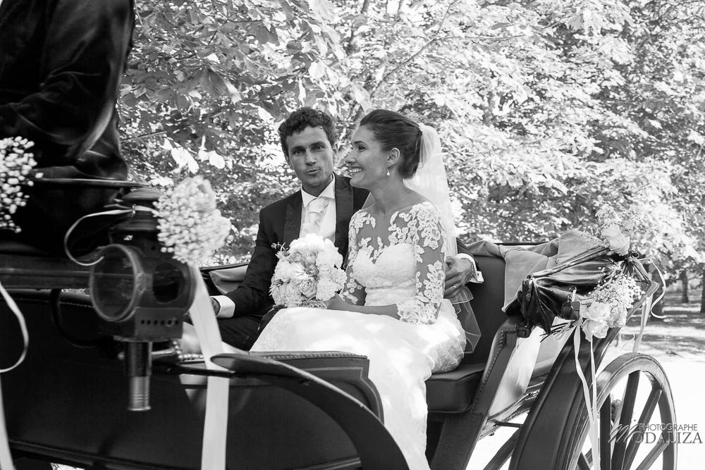 Cortège des mariés et calèche au style champêtre et rustique d'un mariage en Aquitaine.