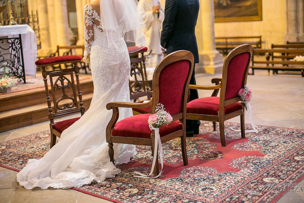 Décoration de bout de banc en rose et gypsophile d'un mariage champêtre et chic.