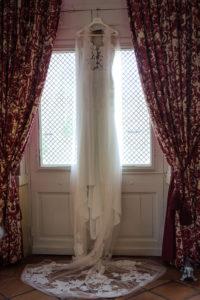 La Robe De Mariée Lors Des Préparatifs Mariage Dans La Chambre Du Château D'Agassac.
