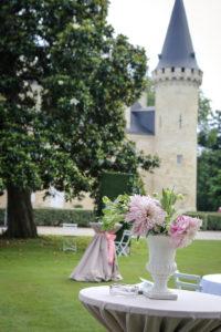 Bouquet En Pivoine Et Dahlia Du Cocktail De Mariage Dans Le Parc Et Jardin Du Château Agassac En Gironde.