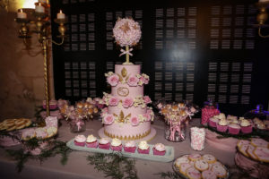 Gâteau De Mariage Chic Et Rose Lors De La Réception Au Château D'Agassac.