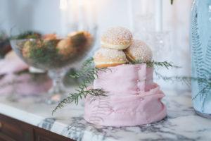 Décoration Du Gâteau De Mariage Avec Feuillage Et Fleur.