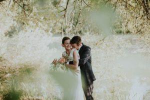Séance Photo De Couple Lors D'un Mariage Dans Une Grange.