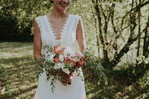 Bouquet De Mariée Chic Et Bohème De Ce Mariage Dans Une Grange Avec Des Fleurs D'Elisabeth Delsol.