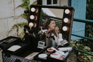 Préparatif Et Maquillage Mariage Dans Une Grange.
