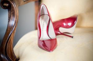 Chaussure Rouge De Mariée De Mariage Simple Et Chic Sur Bordeaux.