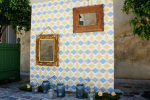 Panneau Photobooth De Mariage En Couleur Jaune Et Bleu.