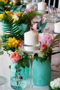 Chemin De Table En Fleurs Colorées Pour Un Style Champêtre Et Chic.