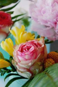 Fleurs De Couleurs Rose Et Jaune Pour Bouquet Coloré Et Chaleureux.
