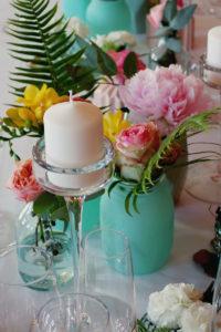 Décoration Coloré De Réception Et Salle De Mariage Avec Des Bouquets Au Thème Simple Et Chic.