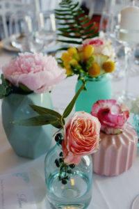 Petits Bouquets Simple En Fleurs De Couleurs Lors De Ce Mariage D'été Sur La Gironde.