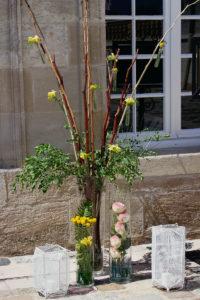 Création Florale En Bois Et Fleurs De Couleur Jaune Lors De Ce Cocktail En été.