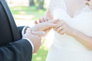 Échange Des Alliances Lors De Ce Mariage De Juin.