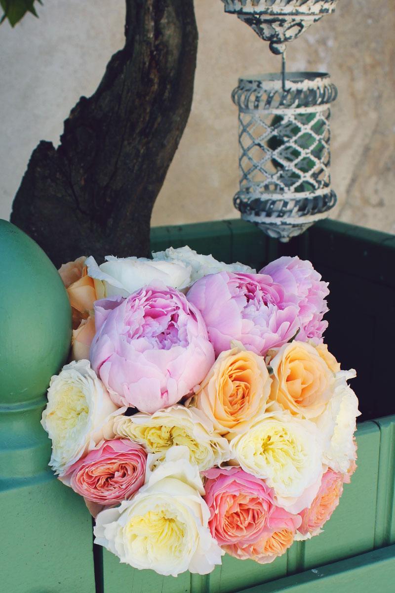 Bouquet de mariée coloré en pivoine et rose aux coloris jaune, orange et violet clair.