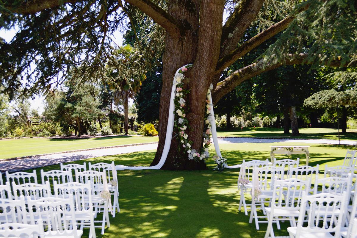 Guirlande de fleur et décoration mariage d'arbre en extérieur.