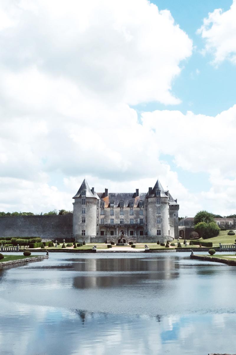 Le Château La Roche Courbon est un lieu de réception de mariage élégant et haut de gamme.