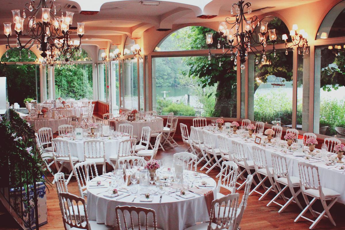 Décoration mariage de restaurant avec des fleurs de saisons.