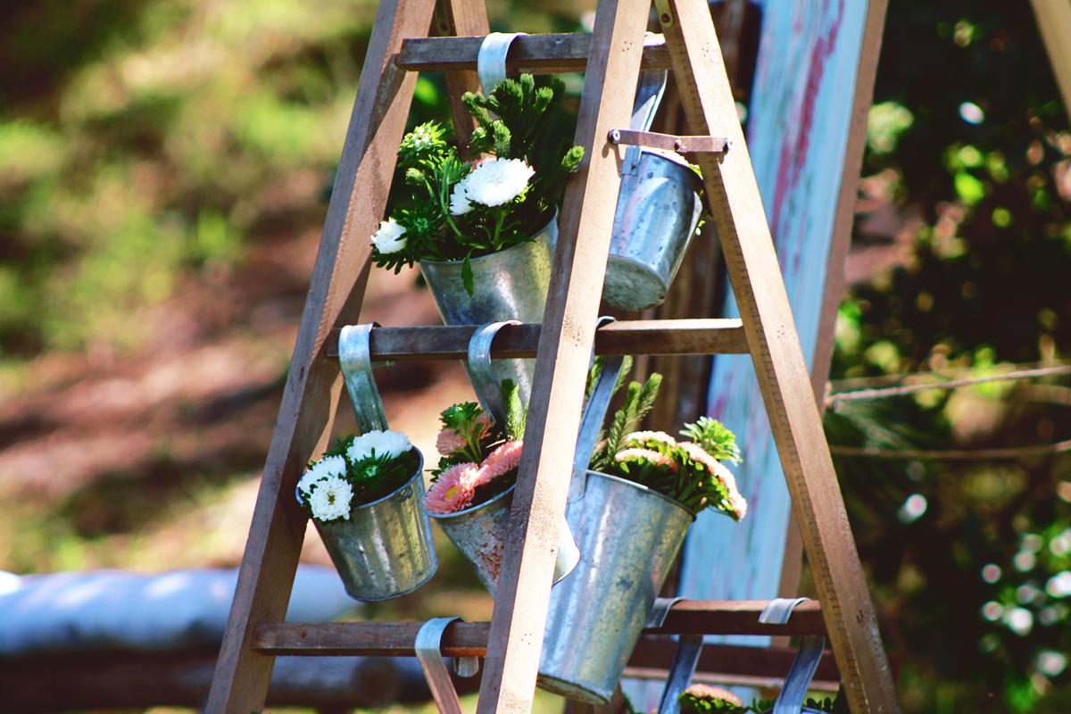 Échelle de déco d'artisan fleuriste sur Bordeaux et la Gironde d'un mariage en extérieur.