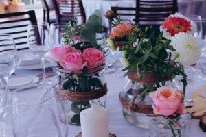 Bouquet De Mariage Et Art Floral D'événement En Composition De Fleurs D'été.