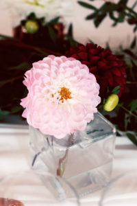 Composition Florale En Dahlia Par Elisabeth Delsol.