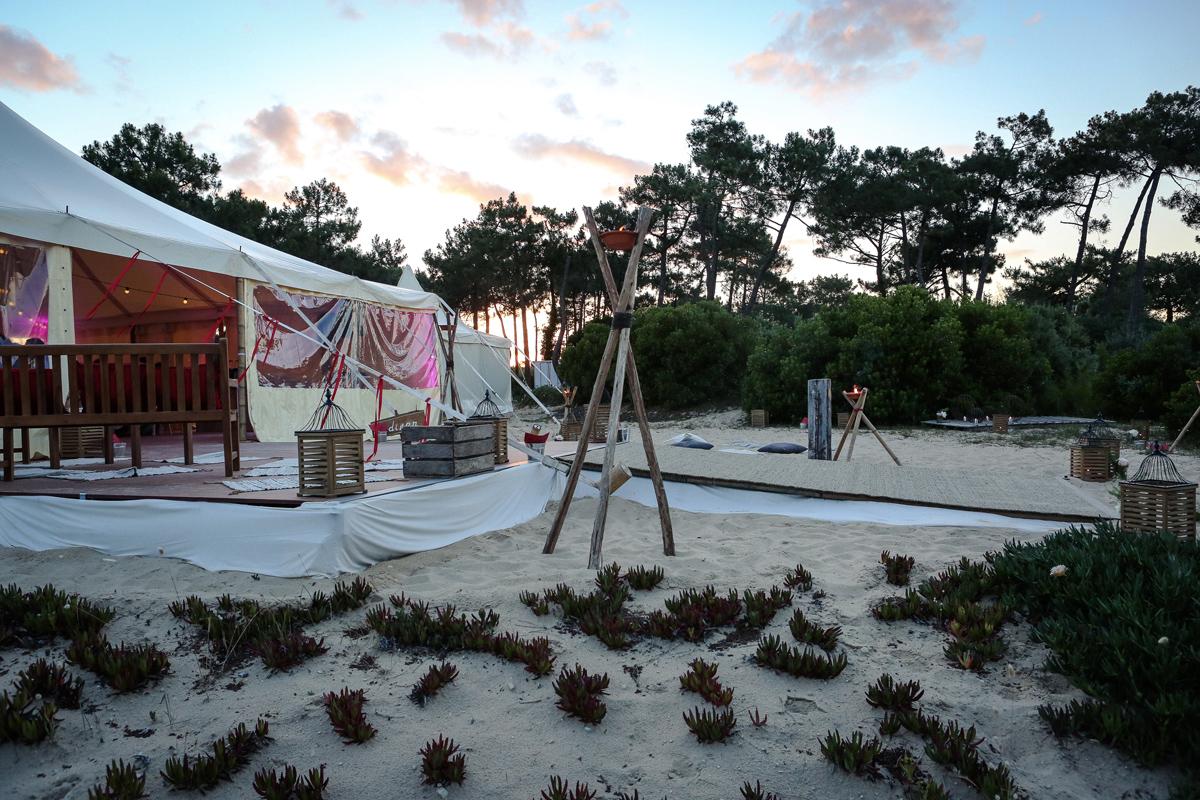 Décoration de chapiteau de mariage champêtre chic sur la plage du Cap Ferret.