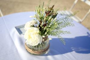 Décoration En Pivoine Blanche Et Bouquet De Mariage Champêtre Chic Au Cap Ferret Par La Décoratrice Elisabeth Delsol.